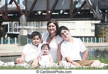 hispano, familia joven