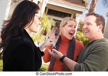 hispano, hembra, agente inmobiliario, entrega, casa nueva, llaves, a, excitado, pareja.
