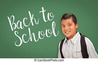 hispano, niño, delante de, back to la escuela, pizarra
