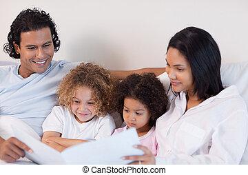 histoire, famille, ensemble, apprécie, lecture, heureux