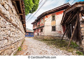historique, centre, rue, koprivshtitsa, pavés, maisons, (bulgaria), caractéristique