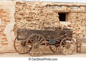 historisch, westelijk, de kar van het paard, stoffig, modder, baksteen muur