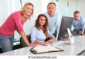 hivatal munkás, alatt, egy, képzés, folyik