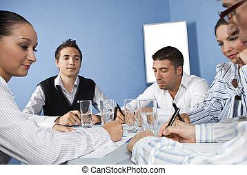 hivatal munkás, középen, közül, üzleti találkozás