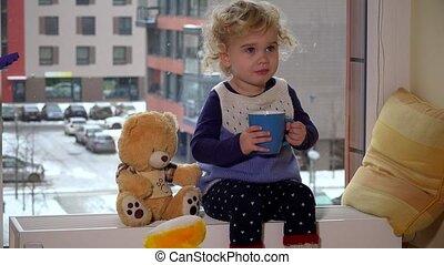 hiver, asseoir, tasse, boisson, fenêtre, regarder, thé chaud, girl, flocons neige