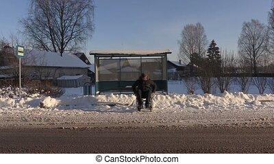 hiver, autobus, fauteuil roulant, handicapé, attente, homme