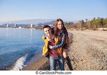 hiver, couple, ensoleillé, amusant, plage, jour, heureux