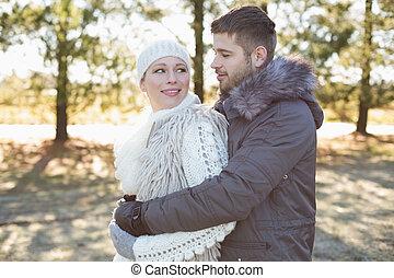 hiver, couple, jeune, bois, habillement, aimer