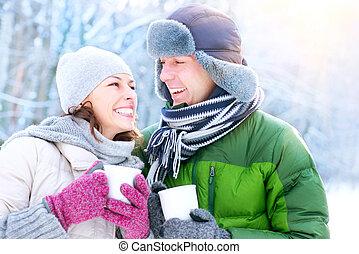 hiver, coupler vacances, chaud, outdoors., boissons, heureux