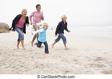 hiver, famille, jeune, courir long plage