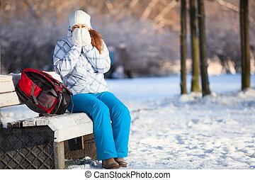 hiver, femme, copyspace, sac à dos, chauffage, mains, mitaines