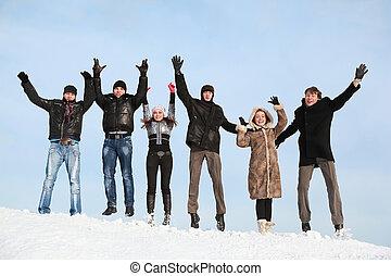 hiver, gens, jeune, neige, saut, ascenseur, mains, haut