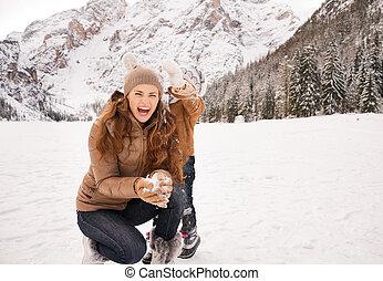 hiver, mère, dehors, neige, enfant joue, heureux
