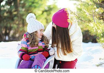hiver, mère, ensoleillé, traîneau, avoir, enfant, amusement, jour