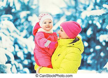 hiver, neigeux, avoir, bébé, maman, dehors, amusement, jour