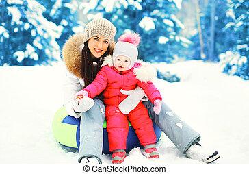 hiver, neigeux, enfant, traîneau, jour, mère, séance, sourire heureux
