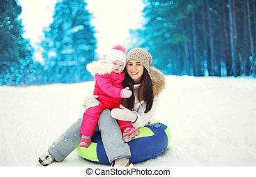 hiver, neigeux, enfant, traîneau, mère, séance, jour, heureux