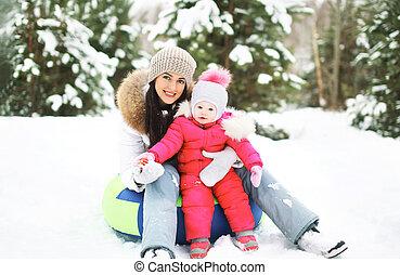 hiver, neigeux, mère, traîneau, avoir, enfant, amusement, jour