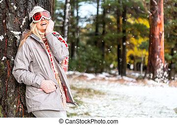 hiver, neigeux, pays boisé, forêt, femme, joyeux
