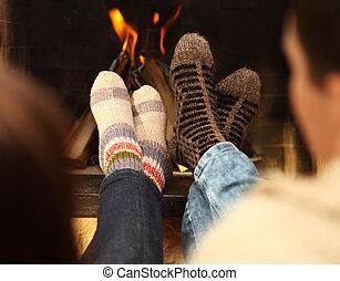 hiver, saison, couple, chaussettes, devant, jambes, cheminée