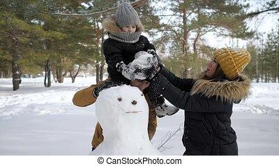 hiver, ville, maman, papa, fils, famille, bonhomme de neige, park., bâtiment, jeune