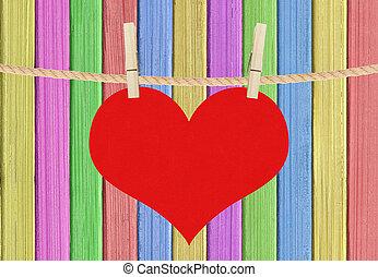 hjärta färga, över, hänga, målad, bakgrund, trä, röd, klädnypor