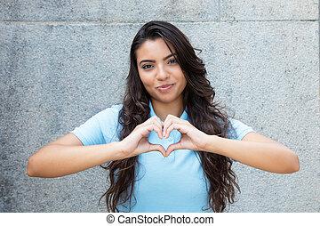 hjärta, latin, kärlek, visande, amerikansk kvinna, räcker, le