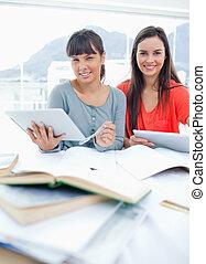 hjemmearbejdet, studerende, hænder, dem, deres, his, smil, to, tabel, tabletter, sammen