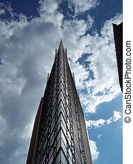 hochhaus - haus mit wolken