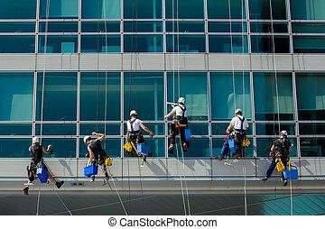 hochklettern, arbeiter, auf, bürogebäude