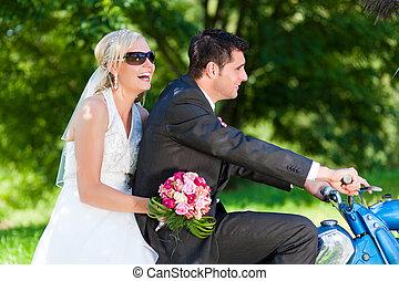 hochzeitspaar, auf, a, motorrad