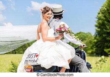 hochzeitspaar, auf, motorroller, geheiratet
