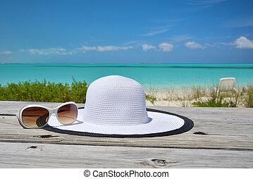 hoedje, en, zonnebrillen, op het strand, van, exuma, bahamas
