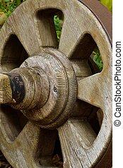 hoelzernes Wagenrad - altes Wagenrad aus Holz