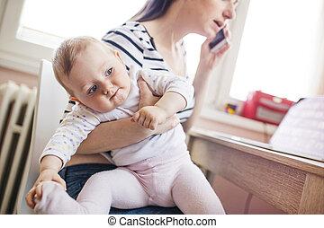 hogar, joven, madre que trabaja