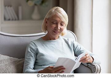 hogar, lectura de mujer, maduro, interesante, cuarentón, libro