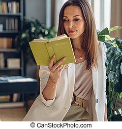 hogar, lectura, retrato, joven, libro, mujer