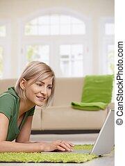 hogar, mujer, el practicar surf de internet