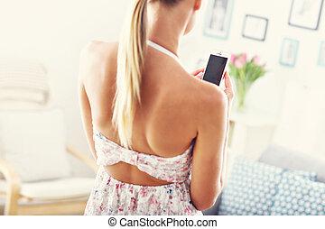 hogar, mujer, smartphone, feliz