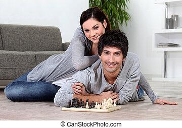 hogar, pareja, jugando al ajedrez, sentado
