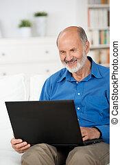 hogar, pensionista, computador portatil, trabajando