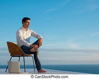 hogar, relajado, hombre, joven, balcón