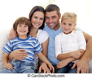 hogar, sofá, familia feliz, sentado