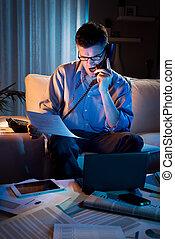 hogar, tiempo extraordinario, trabajando, hombre de negocios