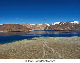 hoge bergen, meer, pangong, blauw water, tussen, de, bruine bergen, onder, de, blauwe , sky.