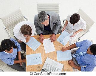 hoge hoek, van, een, blij, handel team, met, beduimelt omhoog, in, een, vergadering
