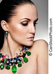 hoge mode, look.glamor, closeup, verticaal, van, mooi, sexy, brunette, kaukasisch, jonge vrouw , model, met, gezonde , haar, makeup, met, perfect, schoonmaken, huid, met, groene, accessoire, jewelery