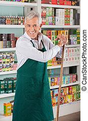hoger mannetje, eigenaar, staand, tegen, planken, in, supermarkt