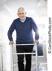 hoger mannetje, patiënt, gebruik, walker, op, rehab, centrum