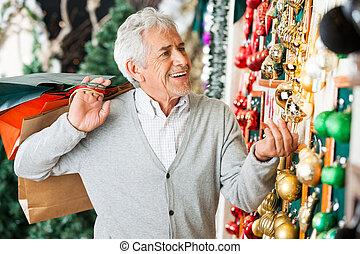hogere mens, aankoop, kerstballen, op, winkel